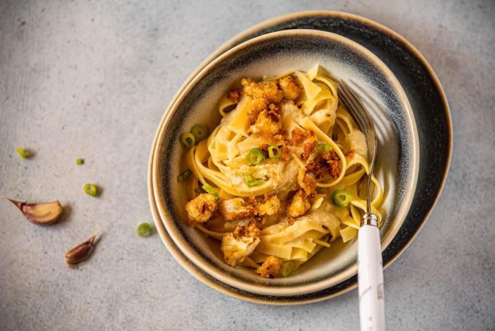Szybki obiad - makaron z sosem kalafiorowym i chrupiącą posypką
